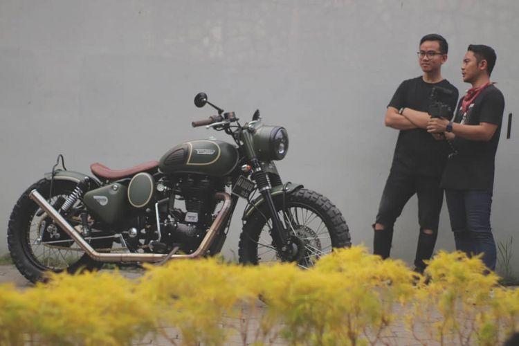Putra sulung Presiden Joko Widodo, Gibran Rakabuming Raka (kiri) bersama dengan motor custom Royal Enfield miliknya.