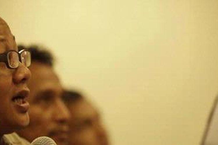 Anggota Badan Pekerja Indonesia Koruption Watch Emerson Yuntho (kiri)