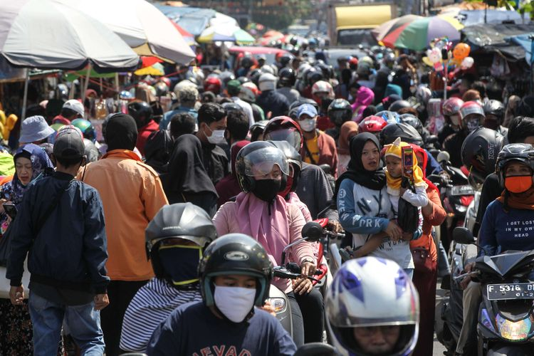 Suasana Pasar Anyar Kota Bogor di tengah aturan Pembatasan Sosial Berskala Besar karena pandemi Covid-19, Sabtu (16/5/2020). Pasar Anyar Kota Bogor ramai pengunjung.