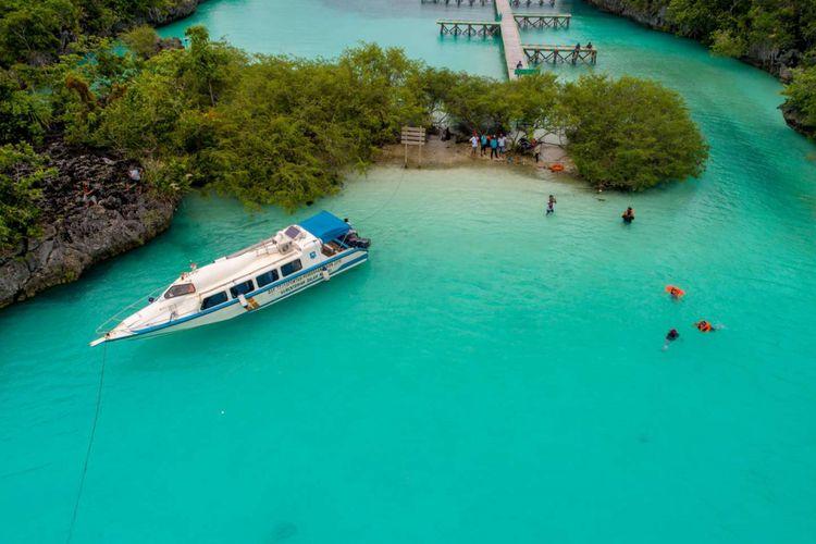 Wisatawan berenang di Pulau Baer, Tual, Maluku, Jumat (16/3/2018). Pulau Baer merupakan salah satu destinasi wisata di Kepulauan Kei, Maluku. Untuk mencapai pulau tersebut wisatawan bisa menggunakan perahu cepat dari Tual ataupun Langgur, Maluku Tenggara.