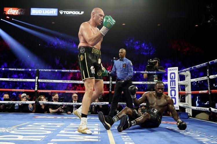 Deontay Wilder terjatuh di kanvas pada ronde kelima duel tinju kelas berat kontra Tyson Fury pada 22 Februari 2020 di MGM Grand Garden Arena, Las Vegas, Nevada.
