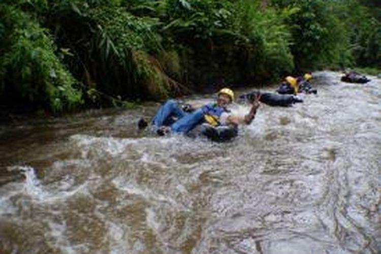 Tubing di Kali Badeng, Desa Sumber Bulu, Kecamatan Songgon, Kabupaten Banyuwangi, Jawa Timur.