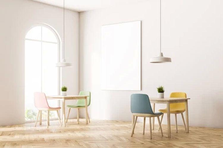 Ilustrasi kursi kayu di rumah minimalis.