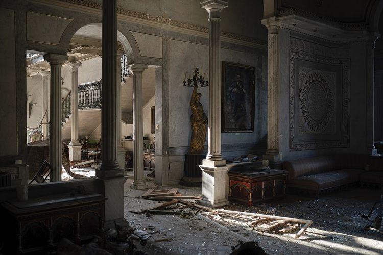 Pecahan kaca dan bingkai jendela tergeletak di lantai Istana Sursock yang rusak berat pasca-ledakan di pelabuhan Beirut, Lebanon. Tingkat kerusakan akibat ledakan pada Selasa (4/8/2020) pekan lalu adalah 10 kali lebih buruk dari apa yang terjadi selama 15 tahun perang saudara.