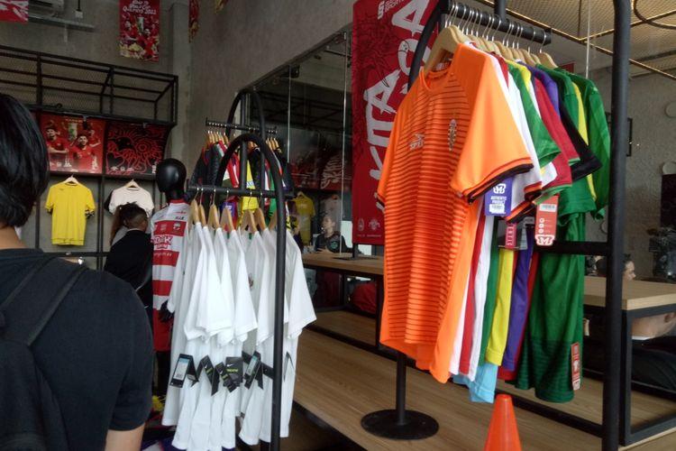 Deretan jersey klub Indonesia yang dijual di Garuda Store di Stadion Utama Gelora Bung Karno, Jakarta.
