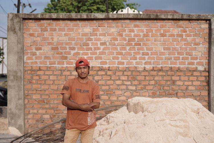 Sosok Alex Sugianto (25), kuli bangunan yang bekerja membangun pusat belajar mengaji (PBM) Cahaya Negeri, Kecamatan Abung Barat, Lampung Utara. Ia rela memberikan hampir semua upahya untuk ikut wakaf membangun Masjid Az Zahra