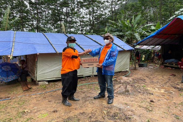 Dirut Pos Indonesia bersama rombongan melihat langsung  KPM BST Korban Terdampak bencana tanah longsor di Dusun Cirangkong, Desa Pesanggrahan, Kecamatan Tegalwaru, Kabupaten Purwakarta, Sabtu (20/2/2021).