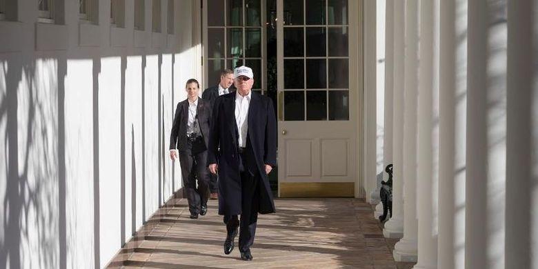 Presiden AS Donald Trump berjalan di lorong West Wing, Gedung Putih. (Foto Resmi Gedung Putih via Telegraph)