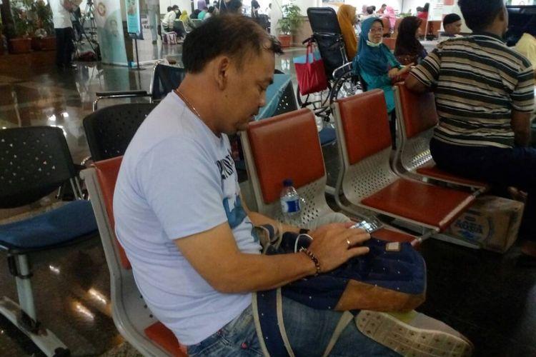 Yonatan, pasien asal Kalimantan Utara yang khawatir mengenai adanya serangan Ransomeware WannaCry terhadap sistem IT RS Dharmais.