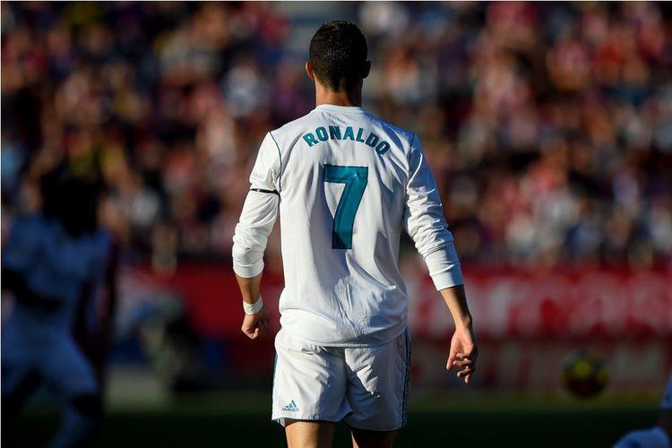 Cristiano Ronaldo berjalan di lapangan saat Real Madrid melawan Girona pada partai Divisi Primera La Liga, kasta pertama Liga Spanyol, di Stadion Montilivi, 29 Oktober 2017.