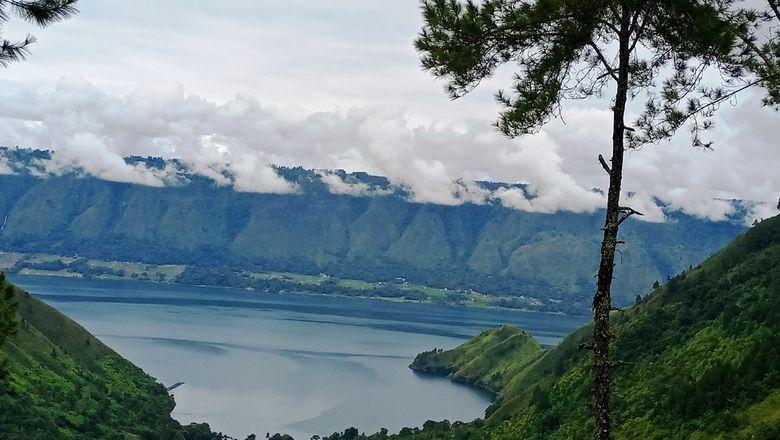 Danau Toba diambil dari The Kaldera – Toba Nomadic Escape di Desa Sibisa Pardamaian, Kecamatan Ajibata, Kabupaten Toba, Sumatera Utara, Jumat (18/12/2020)