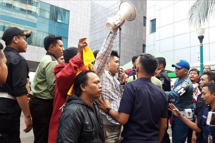 Sejumlah massa mengatasnamakan PMII demo di halaman balai kota terkait reklamasi terlibat aksi saling dorong dengan pamdal, Selasa (23/7/2019)