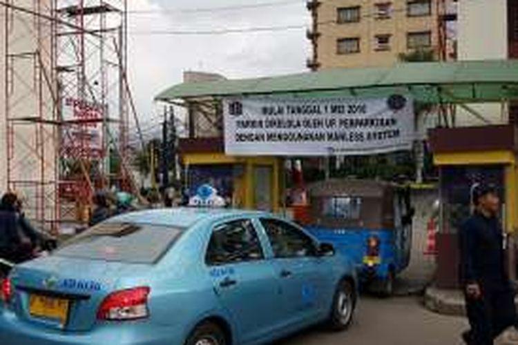 Pintu keluar parkir Taman Ismail Marzuki setelah diambil-alih pengelolaannya oleh Unit Pelaksana Teknis Perparkiran Dinas Perhubungan dan Transportasi DKI Jakarta