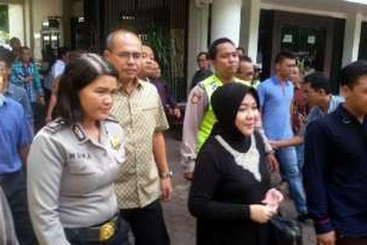 Bupati Muba non aktif Pahri Azhari dan istrinya Lucianty ketika akan memasuki ruang sidang untuk menjalani sidang vonis di Pengadilan Tipikor PN Klas IA Palembang, Selasa (3/5/2016).