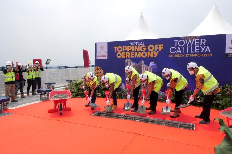 Sayana Integra Properti melakukan seremoni tutup atap Cattleya Tower, Sakura Garden City, Jakarta, Sabtu (27/03/2021).