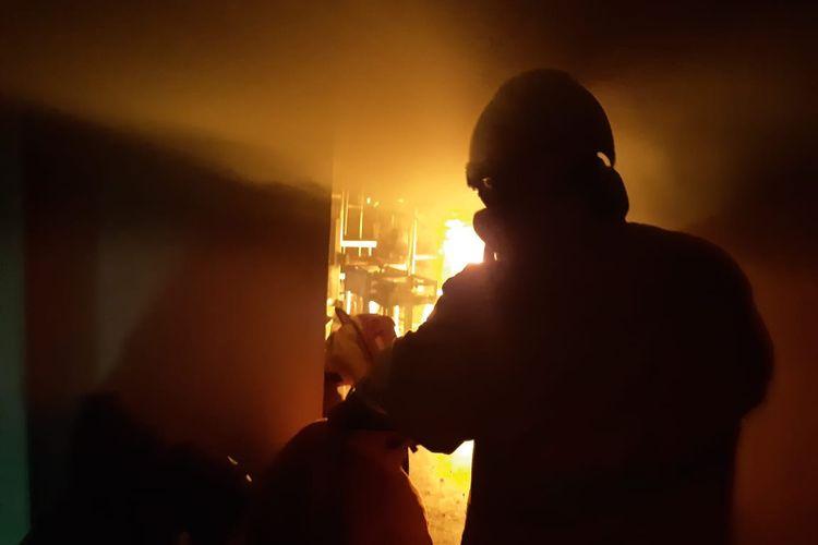 "Kebakaran terjadi di dapur Restoran Pagi Sore di Kemang, Mampang Prapatan, Jakarta, Selasa (21/7/2020) dini hari sekitar pukul 03.30 WIB.  Kepala Seksi Operasi Suku Dinas Pemadam Kebakaran (Sudin Damkar) dan Penyelamatan Jakarta Selatan, Sugeng mengatakan api muncul karena gas bocor di area dapur Restoran Pagi Sore.  ""Api tiba-tiba timbul dari kompor gas di bagian dapur rumah makan,"" kata Sugeng saat dihubungi, Selasa (21/7/2020) pagi.  Sudin Damkar mengerahkan lima unit mobil pemadam kebakaran untuk memadamkan api di dapur Restoran Pagi Sore.  Proses pemadaman api memakan waktu sekitar 30 menit.   Terkait dampak, Sugeng belum bisa menaksir kerugian yang disebabkan oleh kebakaran di i hari tadi."