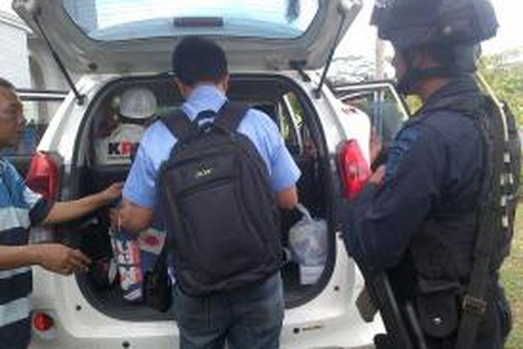 Petugas KPK mengamankan satu buah koper dari Kantor Bupati Lombok Barat.