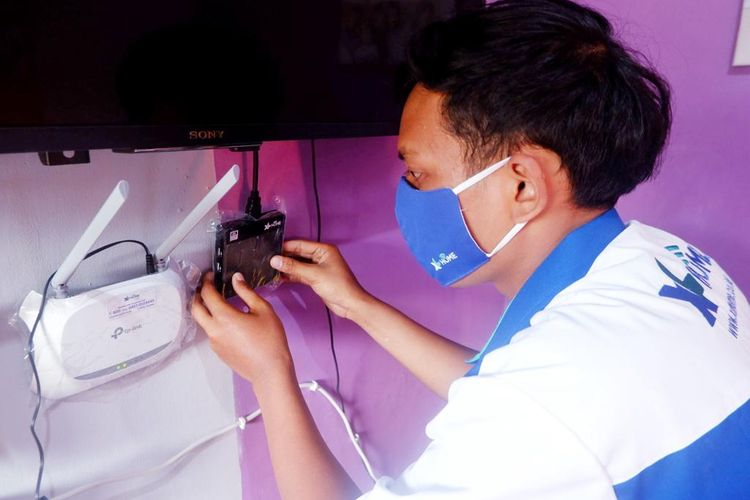 Teknisi sedang melakukan instalasi layanan XL Home di rumah pelanggan yang berada di Kelurahan Airlangga, Kecamatan Gubeng, Surabaya. Sejak akhir Juni 2020, layanan internet rumah fiber optik berkecepatan tinggi XL HOME hadir di Jawa Timur, yaitu di Surabaya, Sidoarjo, Gresik, dan Malang.