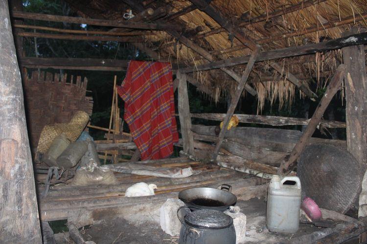 Kondisi di dalam rumah milik Regina Deta Karere di Kampung Rada Loko, Desa Mali Iha, Kecamatan Kodi, Kabupaten Sumba Barat Daya, Nusa Tenggara Timur (NTT), Minggu (6/12/2020) sore.