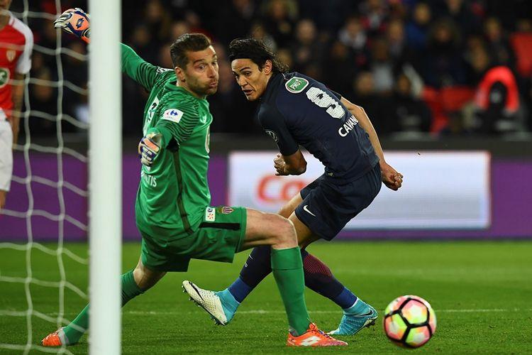 Penyerang Paris Saint-Germain, Edinson Cavani, mencetak gol dalam pertandingan semifinal Piala Perancis melawan AS Monaco di Stadion Parc des Princes, Rabu (26/4/2017).