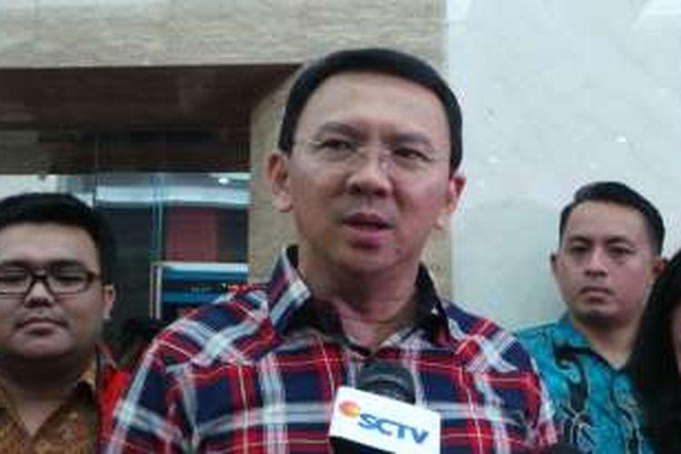 Calon gubernur petahana DKI Jakarta, Basuki Tjahaja Purnama (Ahok) seusai mengikuti konsolidasi bersama Partai Demokrasi Indonesia Perjuangan (PDI-P), di kantor DPP PDI-P, Jalan Diponegoro, Menteng, Jakarta Pusat, Senin (24/10/2016) malam.