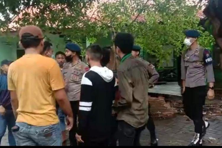 Polisi membubarkan unjuk rasa tolak perpanjang PPKM darurat di Menteng, Jakpus, Senin (19/7/2021).
