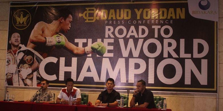 Raja Sapta Oktohari bersama atlet tinju profesioanal Daud Yordan dan tim Mahkota Promotion dalam konferensi pers Road To The World Champion di Menara Bidakara 1, Tebet, Jakarta pada Kamis (9/8/2018)