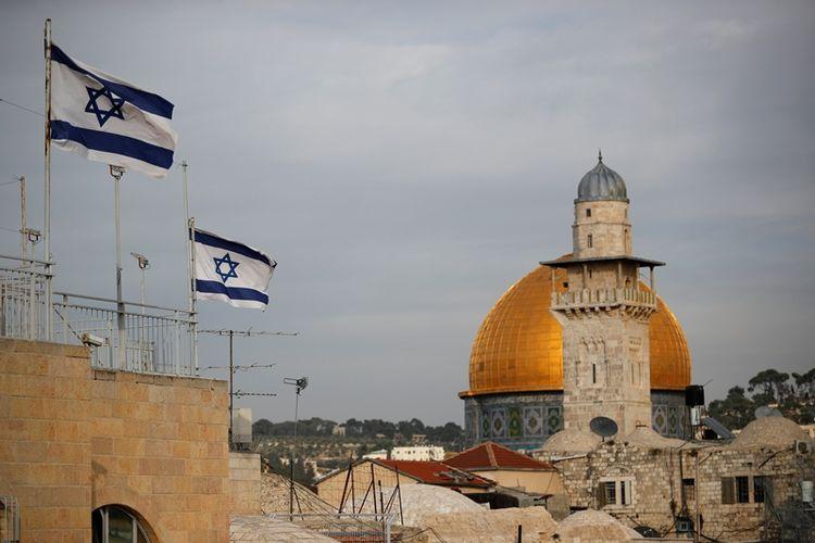 Bendera Israel berkibar di dekat Masjid Kubah Batu Al Aqsa pada 5 Desember 2017. (AFP/Thomas Coex)