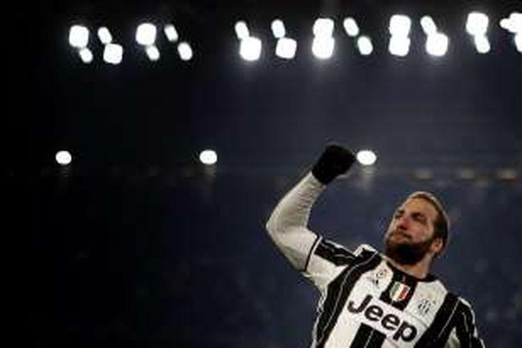Gonzalo Higuain merayakan gol pertama Juventus ke gawang Bologna pada partai lanjutan Serie A di Juventus Stadium, Minggu (8/1/2017).