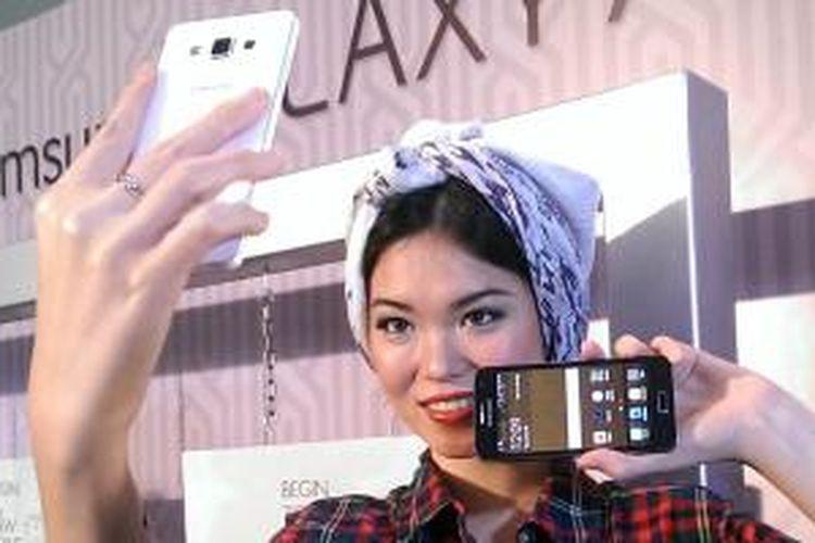 Model memamerkan smartphone logam Samsung, Galaxy A3 dan A5 di Jakarta, Kamis (29/1/2015).