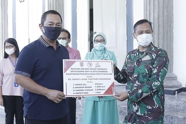Wali Kota Semarang Hendrar Prihadi, saat menyerahkan bantuan 2.000 Alat Pelindung Diri (APD) kepada tujuh rumah sakit lini satu, dua, dan tiga, di kantornya, Senin (13/4/2020).