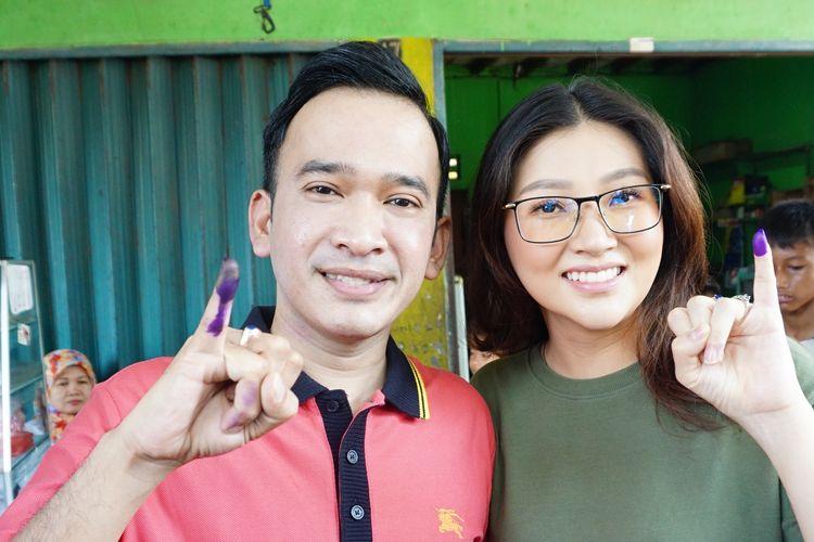Pembawa acara Ruben Onsu bersama istrinya, Sarwendah Tan setelah melakukan pemungutan suara di TPS 80, Rempoa, Jakarta Selatan, Rabu (17/4/2019).