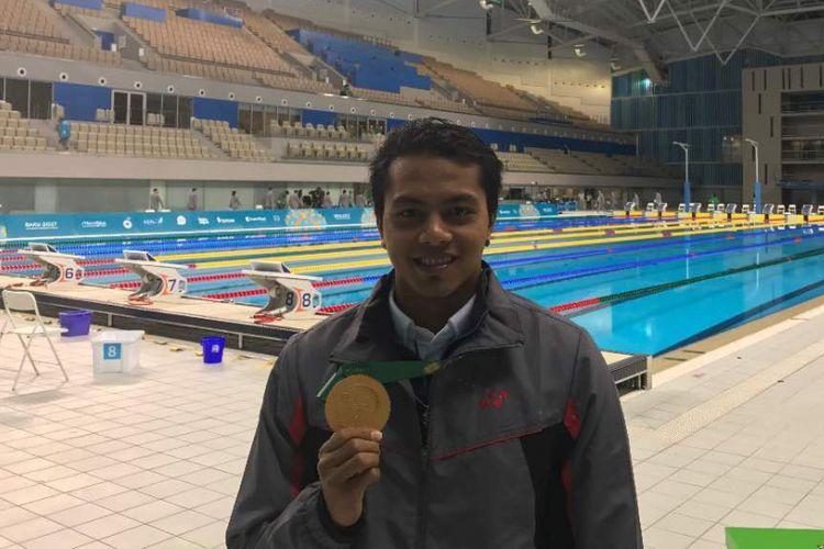Perenang Indonesia, I Gede Siman Sudartawa, berpose dengan medali emas yang dia dapatkan dari nomor 100 meter gaya punggung pada Islamic Solidarity Games di Baku, Azerbaijan, Senin (15/5/2017).