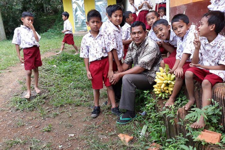 Nur Fadli saat bersama dengan para pelajar SDN Bintoro V yang dirintisnya di daerah pinggiran Jember