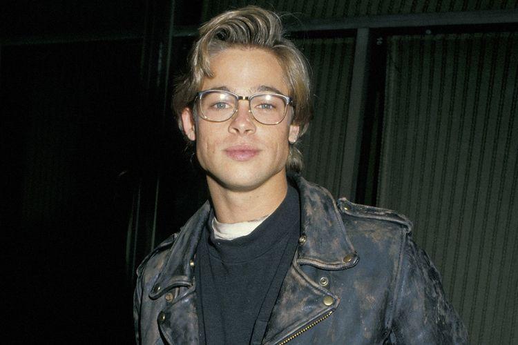 Brad Pitt dengan jaket kulit hitam