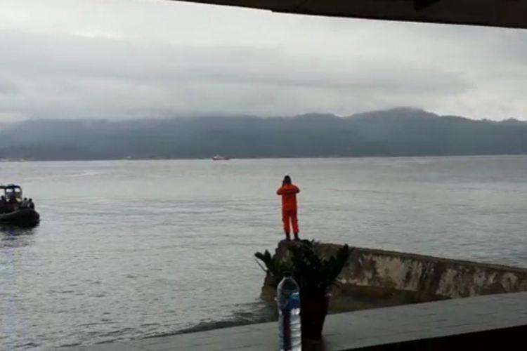 Seorang anggota Tim SAR memantau operasi pencarian WN Amerika yang hilang di Teluk Ambon tepatnya di peraiaran desa Amahusu, Kecamatan Nusaniwe, Ambon, Sabtu (8/8/2020)