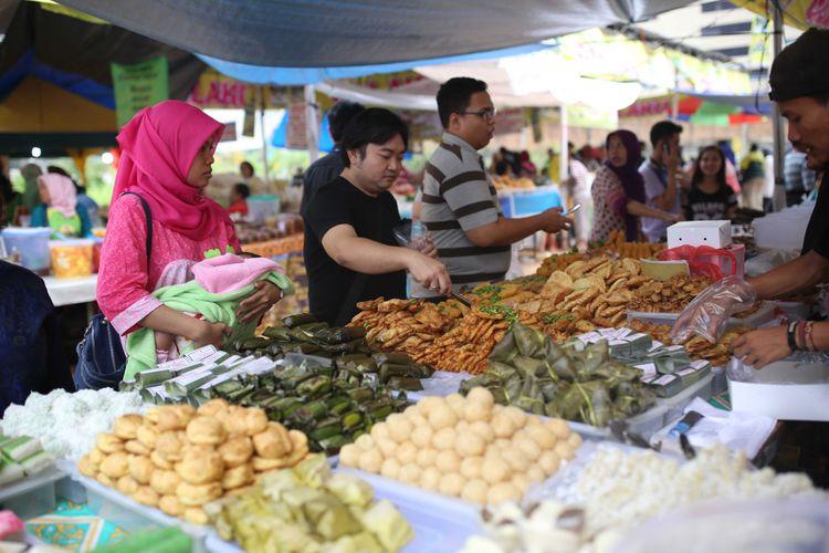 Warga membeli makanan untuk berbuka puasa di lahan kosong sebelah tempat penampungan sementara Pasar Bendungan Hilir (Benhil), Jakarta, Senin (5/6/2017). Pasar Ramadhan ini mulai buka sekitar pukul 11.00 sampai dengan buka puasa.