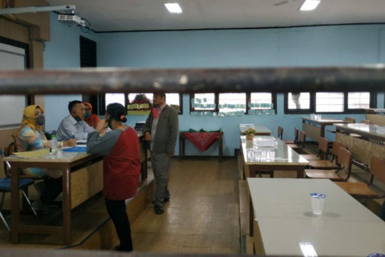 Sejumlah orangtua siswa mempertanyakan soal hasil PPDB Jabar 2020 di SMA 10 Bandung, Selasa (23/6/2020).