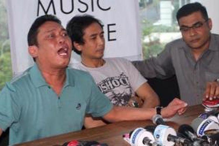 Adiguna Sutowo bersama Piyu, menggelar jumpa pers untuk klarifikasi kasus perusakan rumah Adiguna Sutowo, di De Hub Cafe, Thamrin City, Jakarta Pusat, Senin (28/10/2013), Dalam pemberitaan, kasus tersebut membawa-bawa nama isteri Piyu, dalam kesempatan itu keduanya menyatakan itu tidak benar.