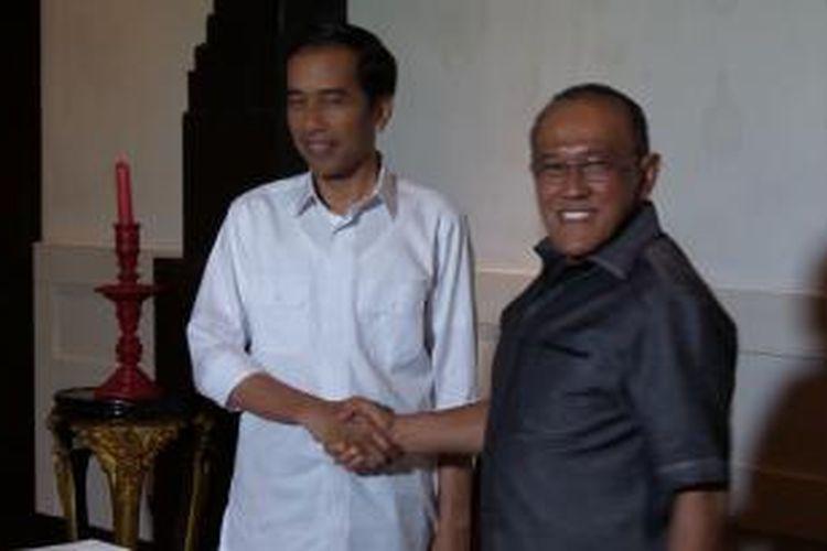 Presiden terpilih Joko Widodo (kiri) bertemu dengan Ketua Umum Golkar Aburizal Bakrie di Galeri Seni Kunstkring Paleijs, Menteng, Jakarta Pusat, Selasa (14/10/2014) sore.