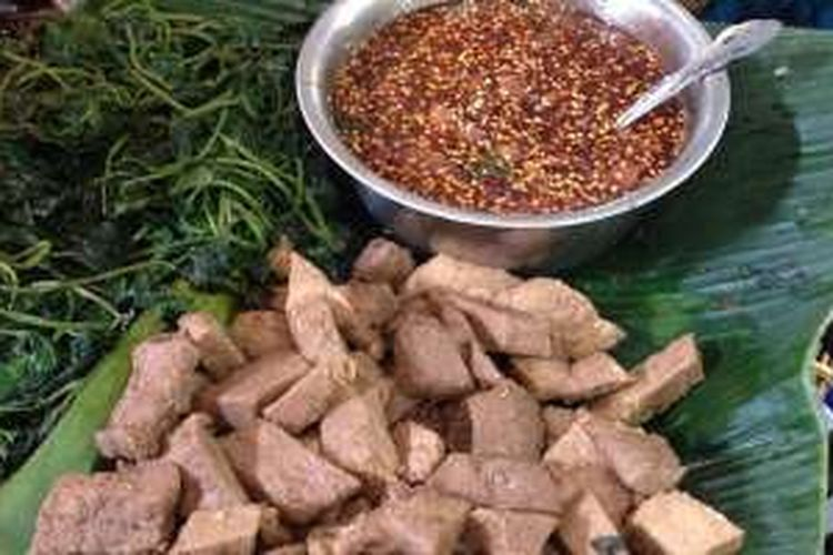 Kuliner Brambang Asem terdiri daun ubi dicampur sambal asam jawa yang terasa pedas dan manis.