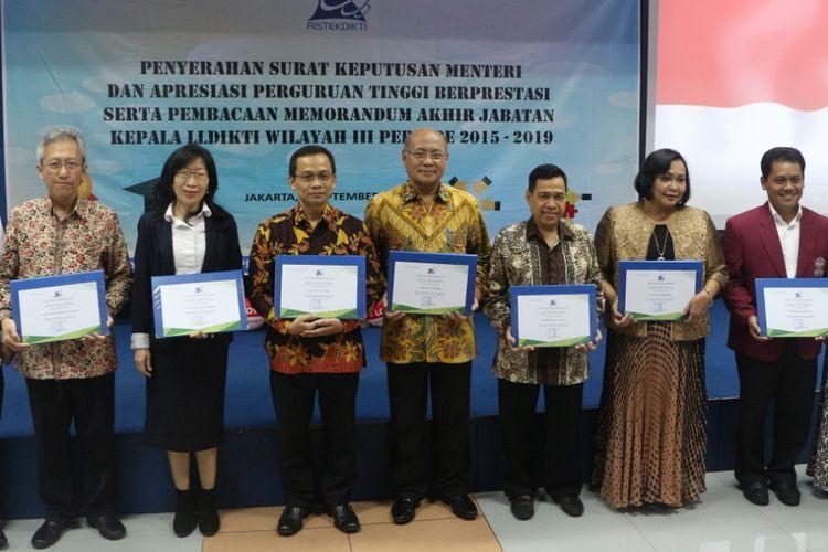 LLDikti memberikan penghargaan kepada perwakilan 16 universitas yang masuk dalam pemeringkatan 100 universitas terbaik nasional pada 2 September 2019 di Jakarta.