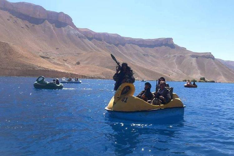 Sekelompok anggota Taliban bermain bebek-bebekan di Danau Band-e-Amir, Provinsi Bamiyan, Afghanistan.