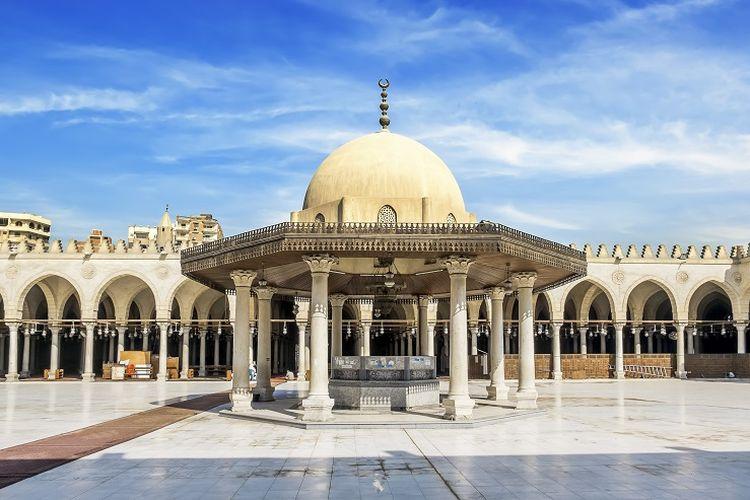 Ilustrasi masjid - Bagian dalam area Masjid Amru bin Al-Ash di Mesir.
