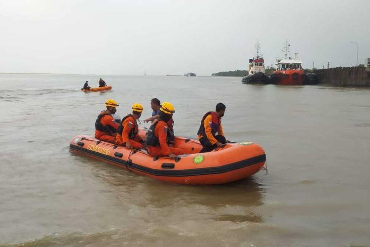 Tim SAR Pangkalpinang menyisir kawasan muara Jembatan Emas untuk mencari remaja yang hilang saat memancing ikan, Jumat (23/4/2021).