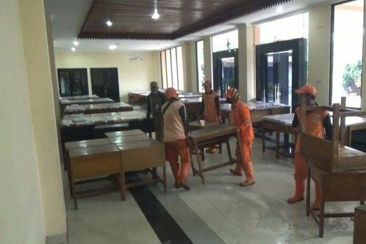 Petugas PPSU menyiapkan tempat tidur di GOR Pasar Minggu, Jakarta Selatan, untuk menampung PMKS, Selasa (28/4/2020).