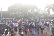 Usai CFD, Sampah Berserakan di Jalan MH Thamrin