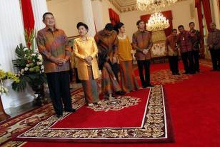 Presiden RI, Susilo Bambang Yudhoyono, bersama Ibu Ani Yudhoyono, dan kedua putra serta menantunya, bersiap untuk melakukan halal bihalal, di Istana Negara, Jakarta, Rabu (31/8/2011). Keluarga Presiden melakukan shalat sunat Idul Fitri di masjid Istiqlal dan menggelar openhouse setelahnya di Istana Negara.