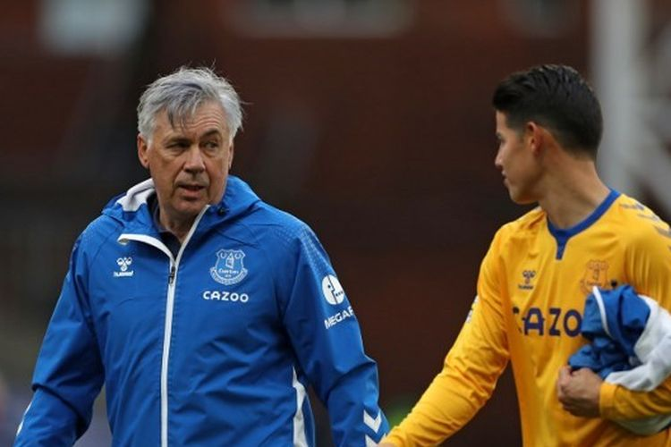 Pelatih Everton, Carlo Ancelotti, berbincang dengan gelandang asal Kolombia, James Rodriguez.