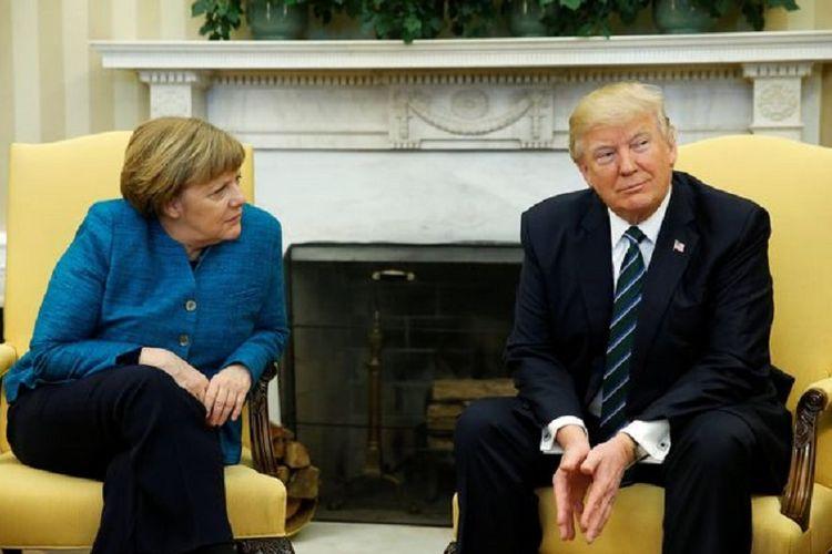 Kanselir Jerman Angela Merkel mengajak Trump untuk berjabat tangan, tetapi Trump tak meresponsnya, tampak dingin tanpa menyahut atau menoleh ke arah timpalannya itu, saat bertemua di Washington DC, 17 Maret 2017.
